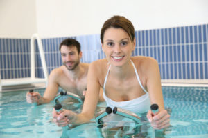 Couple en train de pratiquer de l'aquabiking