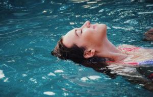 femme relaxée dans une piscine