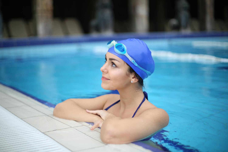 Photo d'une jeune femme heureuse de pouvoir pratiquer du sport en piscine